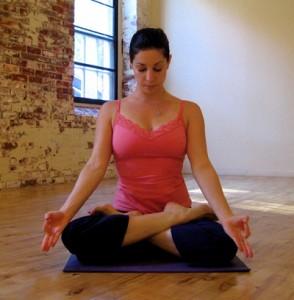 Mulher fazendo yoga.